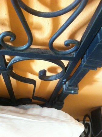 poussiere sur le montant du lit photo de ksar djerba midoun tripadvisor. Black Bedroom Furniture Sets. Home Design Ideas