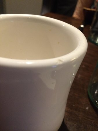 B&O American Brasserie: Dirty and chipped coffee mugs