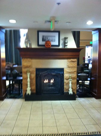 Staybridge Suites Chattanooga Downtown: Lobby two sided gas fireplace
