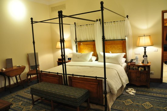 Belmond Palacio Nazarenas : A huge bed with the softest of sheets and pillows