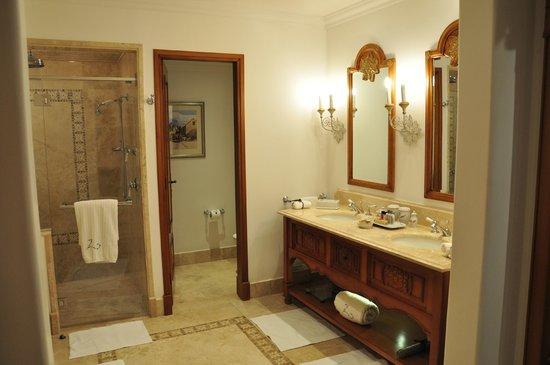 Belmond Palacio Nazarenas : twin sinks, shower and bath