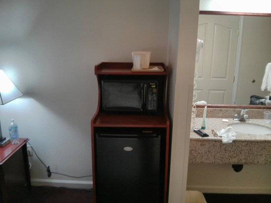 BEST WESTERN Salinas Monterey Hotel: Here would be a good place for coffee maker