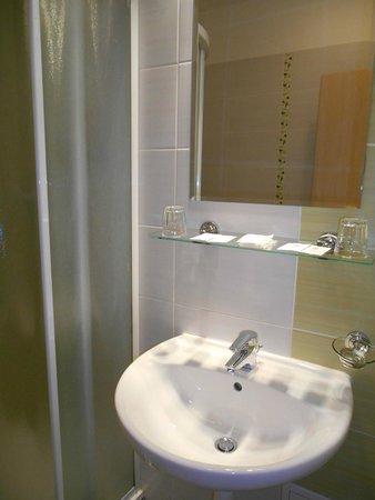 Hotel Cyro: Not big & clean bathroom