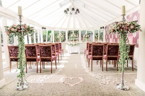 Conservatory Restaurant @ Boxmoor Lodge: The Conservatory ready for our Ceremony