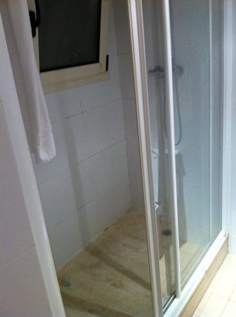 Hotel Sagrada Familia: shower