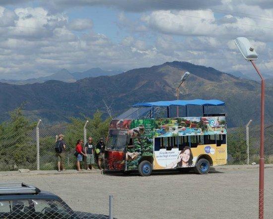 Cretaceous Park: Carro que leva visitantes ao parque partindo da praça 25 de mayo
