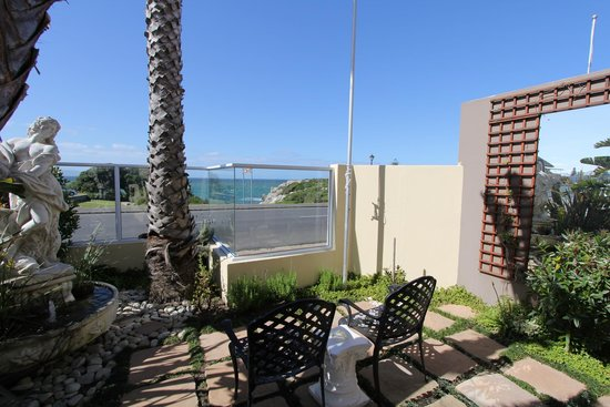 Hermanus Guesthouse: Patio with view