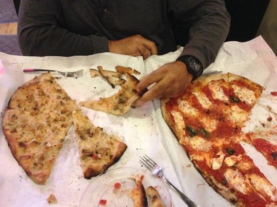 Frank Pepe Pizzeria Napoletana: white Clam and margarita