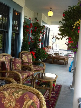 Nob Hill Riverview Bed & Breakfast: Front Porch lifestyle watching the lazy river flow by...