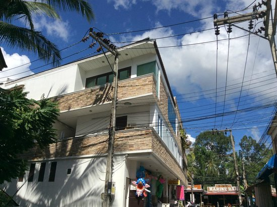 Summer Inn : Высоковольтные линии за стеной отеля