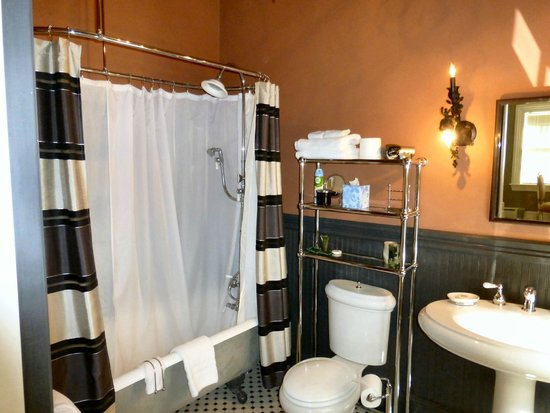 Taylor House Bed and Breakfast: Bathroom with Clawfoot tub