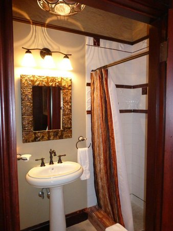 Taylor House Bed and Breakfast: Haffenreffer Bath