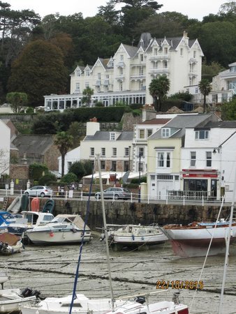 Somerville Hotel: Hotel with harbour at low tide