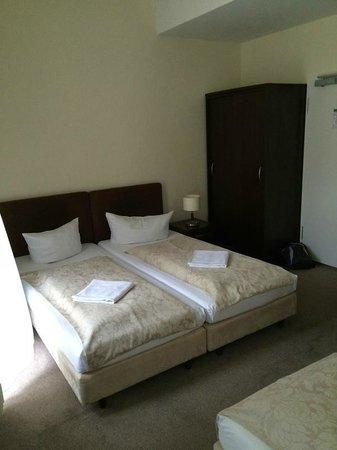 Upper Room Hotel: Room
