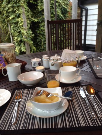The Brufords Bed and Breakfast: Breakfast in the garden