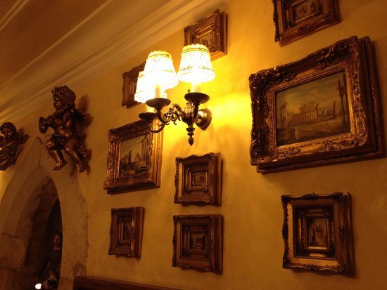Hotel U Zlateho Stromu: Charming paintings