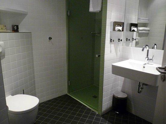 Badezimmer mit grün-gefliester Dusche - Bild von Mercure Hotel MOA ...