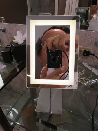 Hutton Hotel: Shaving/makeup mirror