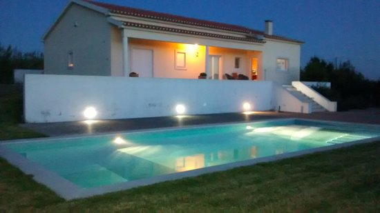Carvalhal, Portogallo: the villa and pool at night
