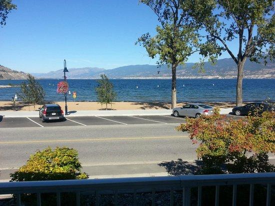 جولدن ساندز ريزورت موتل: Looking north at the beach from the room door