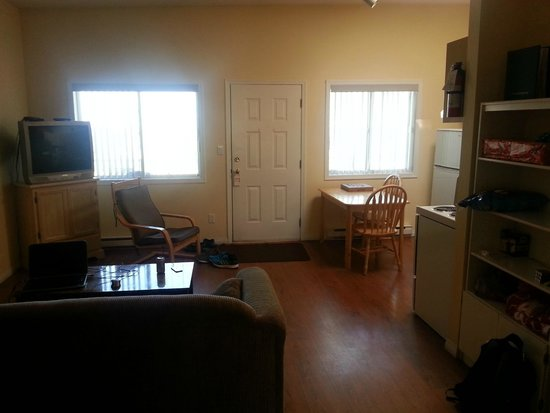 Golden Sands Resort Motel : Living room from master bedroom door