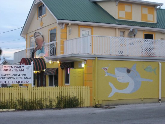 Sharky's Seagrill : Funky outside