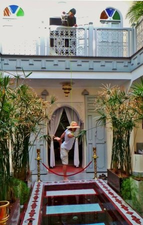 Riad Noos Noos : Extreme Mint Tea Pouring In Courtyard