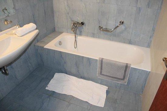 Acharnis Kavallari Hotel Suites: Propre mais sans rideau de douche