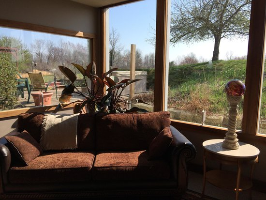 Bear Run Inn Cabins & Cottages : View of hot tub from inn's living room