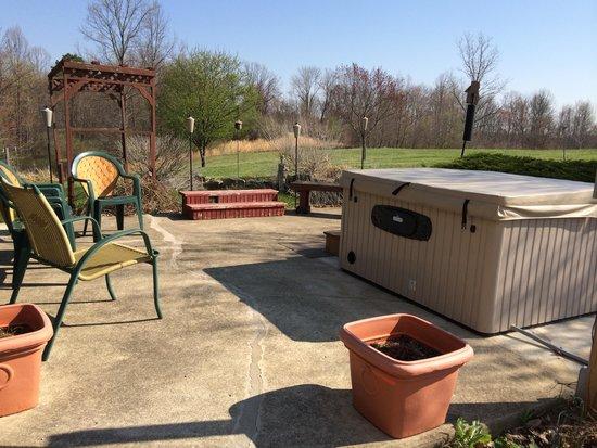 Bear Run Inn Cabins & Cottages : Inn's Hot Tub in pretty garden