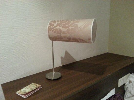 Hotel Milano : Broken lamp in 208