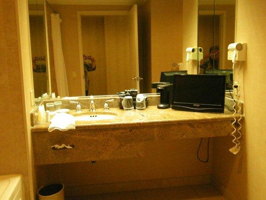 Horseshoe Tunica: bathroom counter