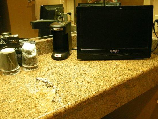 Horseshoe Tunica: coffee and tv in bathroom