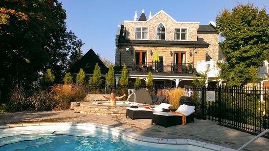 The Manse Boutique Inn & Spa: Looking at the Inn from the pool