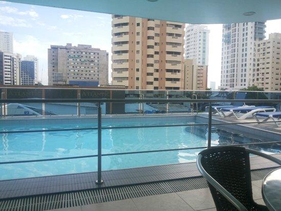 Atlantic Lux Hotel: pileta muy bien cuidada. Excelente vista.