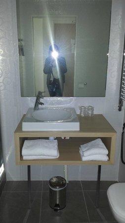 Kyriad Paris 18 - Porte De Clignancourt - Montmartre : Bathroom