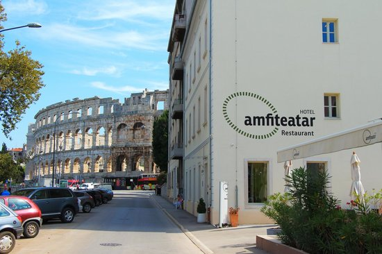 Amfiteatar Hotel: El Anfiteatro Romano detrás del Hotel Anfiteatar, en Pula