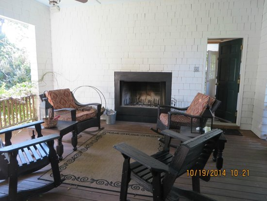 Cameron House Inn : Open back porch sitting area with fireplace