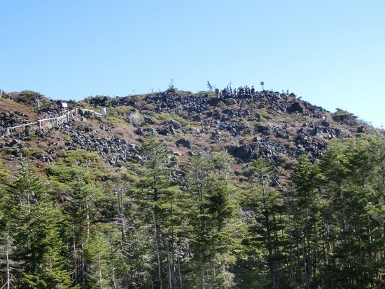 Kitayatsugatake Rope Way: 溶岩坪庭の第一休憩所を望む
