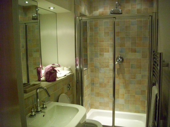 By the Bridge Apartments: En suite