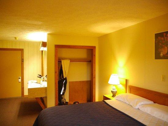 Canaan Village Inn : King size room