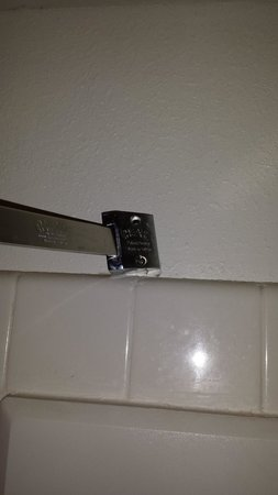 BEST WESTERN Milton Inn: Wall mount for shower curtain rod