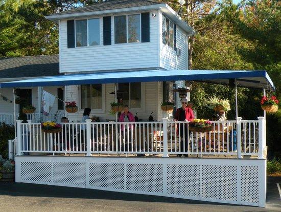 Glen Cove Inn & Suites: Breakfast on the porch
