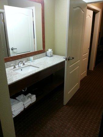 Comfort Inn & Suites Carbondale : bathroom area had a huge countertop (king suite)