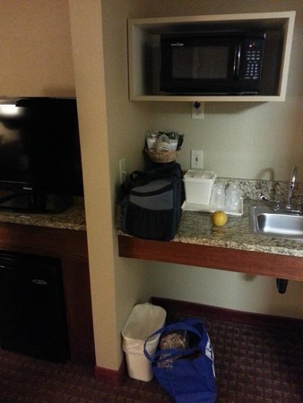Comfort Inn & Suites Carbondale : small kitchenette-type area in our king suite