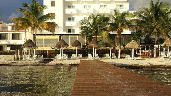 Holiday Inn Cancun Arenas: Vista del hotel desde la playa