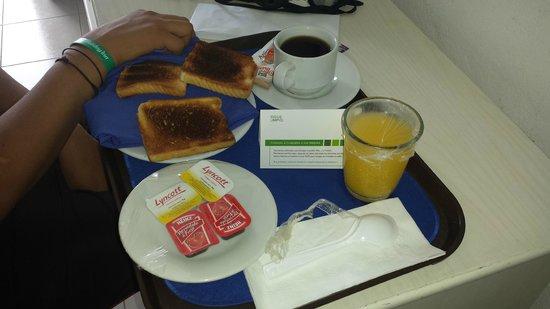 Holiday Inn Cancun Arenas: Desayuno a la habitación... no recomiendo