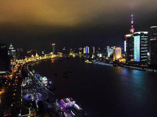 Hotel Indigo Shanghai on the Bund: Room 1909 Night View up River