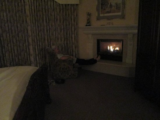 Santa Ynez Inn: Fireplace