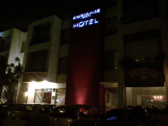 Ambiance Suites: Entrada del hotel